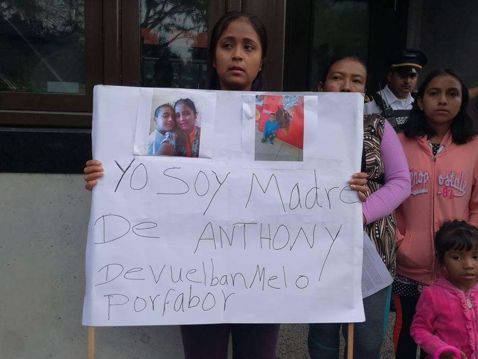 """""""Devuelvan a mi hijo"""", exclama Elsa Ortíz, madre separada de su hijo"""