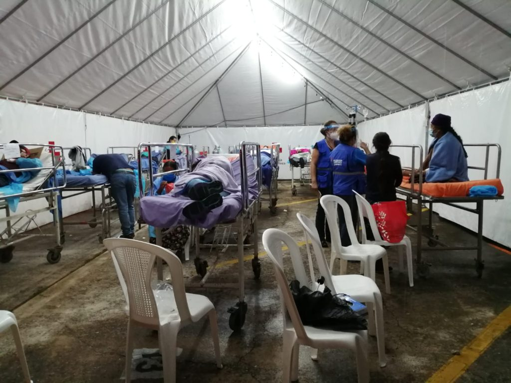 Pacientes con Covid19 son atendidos en carpas en el Hospital Roosevelt