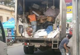 Donan alimentos a recolectores de basura